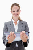 Uśmiechnięty biurowy pracownik z stosem papierkowa robota Zdjęcie Royalty Free