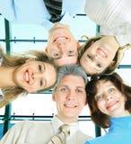 Uśmiechnięty biznes drużyny stać pionowy z ich rękami na ich biodrach fotografia royalty free