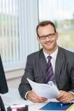 Uśmiechnięty biznesmen jest ubranym szkła Fotografia Stock