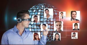 Uśmiechnięty biznesmen jest ubranym VR hełmofony portretami przeciw kuli ziemskiej Zdjęcie Stock