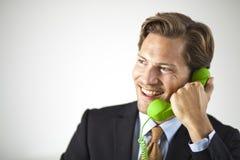Uśmiechnięty biznesmen opowiada na telefonie Zdjęcia Royalty Free