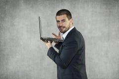 Uśmiechnięty biznesmen sprawdza poczta obrazy stock