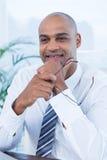 Uśmiechnięty biznesmen trzyma czytelniczych szkła Zdjęcia Stock