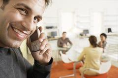 Uśmiechnięty biznesmen Używa telefon komórkowego W sala konferencyjnej zdjęcia stock