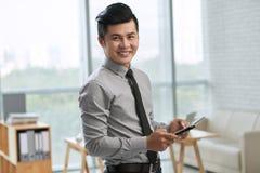 Uśmiechnięty biznesmen Z Cyfrowej pastylką obraz stock