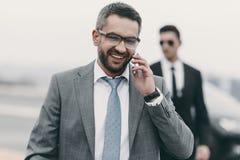 uśmiechnięty biznesmen z ochroniarza opowiadać zdjęcia royalty free