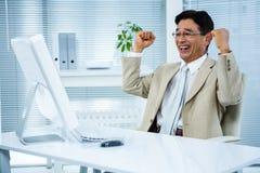 Uśmiechnięty biznesmen z rękami podnosić Zdjęcia Royalty Free