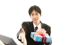 Uśmiechnięty biznesmen z teraźniejszością Fotografia Stock