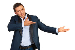 Uśmiechnięty biznesmen zaprasza ciebie Zdjęcie Stock