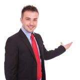 Uśmiechnięty biznesowego mężczyzna przedstawiać Zdjęcia Royalty Free