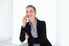 Uśmiechnięty biznesowej kobiety mówienie na telefonie komórkowym fotografia stock