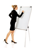 Uśmiechnięty biznesowej kobiety writing na flipchart Fotografia Royalty Free