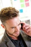 Uśmiechnięty biznesowy mężczyzna na rozmowie telefonicza pomysł deską Zdjęcia Royalty Free