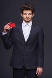 Uśmiechnięty biznesowy mężczyzna pokazuje pustą kredytową kartę Obrazy Stock