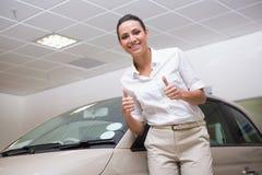 Uśmiechnięty bizneswoman daje aprobatom Zdjęcia Stock