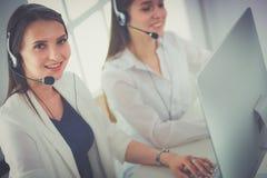 Uśmiechnięty bizneswoman lub helpline operator z słuchawki i komputerem przy biurem zdjęcie royalty free