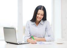 Uśmiechnięty bizneswoman lub uczeń z laptopem Zdjęcie Royalty Free