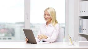 Uśmiechnięty bizneswoman lub uczeń z pastylka komputerem osobistym zbiory