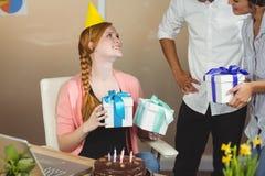 Uśmiechnięty bizneswoman otrzymywa urodzinowych prezenty Obraz Stock