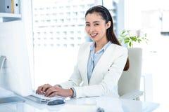 Uśmiechnięty bizneswoman pisać na maszynie na klawiaturze Obraz Royalty Free