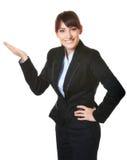 Uśmiechnięty bizneswoman pokazuje coś odizolowywającego Obraz Royalty Free