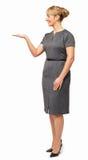 Uśmiechnięty bizneswoman Pokazuje Niewidzialnego produkt Obraz Royalty Free