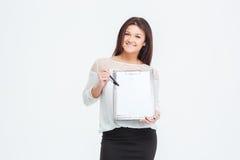 Uśmiechnięty bizneswoman pokazuje pustego schowek Zdjęcia Royalty Free