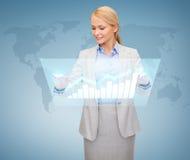 Uśmiechnięty bizneswoman pracuje z wirtualnym ekranem zdjęcia royalty free