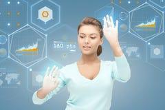 Uśmiechnięty bizneswoman pracuje z wirtualnym ekranem Zdjęcia Stock