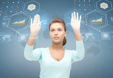 Uśmiechnięty bizneswoman pracuje z wirtualnym ekranem Zdjęcie Stock