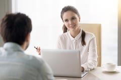 Uśmiechnięty bizneswoman przeprowadza wywiad kandydat do pracy, biznesowy mee Obraz Stock