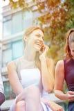 Uśmiechnięty bizneswoman robi rozmowie telefonicza z smartphone Obraz Royalty Free