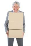 Uśmiechnięty bizneswoman trzyma ciężkich kartony Obrazy Royalty Free