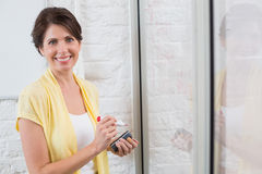 Uśmiechnięty bizneswoman trzyma markiera Zdjęcia Royalty Free
