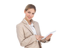 Uśmiechnięty bizneswoman używa cyfrową pastylkę Zdjęcie Royalty Free