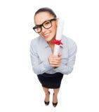 Uśmiechnięty bizneswoman w eyeglasses z dyplomem Obrazy Stock