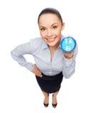 Uśmiechnięty bizneswoman z błękita zegarem Zdjęcia Stock