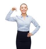 Uśmiechnięty bizneswoman z domowymi kluczami Zdjęcie Royalty Free