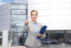 Uśmiechnięty bizneswoman z falcówką i kluczami Zdjęcie Stock