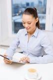 Uśmiechnięty bizneswoman z pastylka komputerem osobistym w biurze Zdjęcie Stock