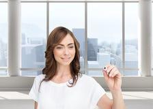 Uśmiechnięty bizneswomanu mienia markier Zdjęcie Royalty Free
