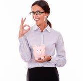 Uśmiechnięty bizneswomanu mienia menchii prosiątka bank Obrazy Stock