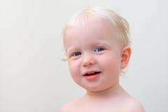 Uśmiechnięty blond dziecko z niebieskimi oczami Zdjęcia Royalty Free