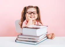 uśmiechnięty blond mały śliczny dziewczyny studiowanie na książkach zdjęcia stock