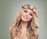 Uśmiechnięty blondynki kobiety mody model w Wzrastał kwiaty Fotografia Royalty Free