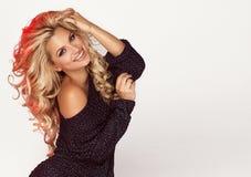 Uśmiechnięty blondynki kobiety pozować Fotografia Stock