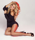 Uśmiechnięty blondynki kobiety pozować Obraz Stock