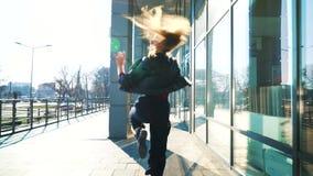 U?miechni?ty blondynki kobiety taniec na ulicie w promieniach s?o?ca ?wiat?o zdjęcie wideo