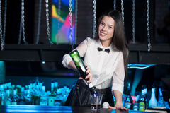 Uśmiechnięty brunetka barman nalewa Martini Obrazy Stock
