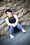 Uśmiechnięty brunetki kobiety obsiadanie Fotografia Stock